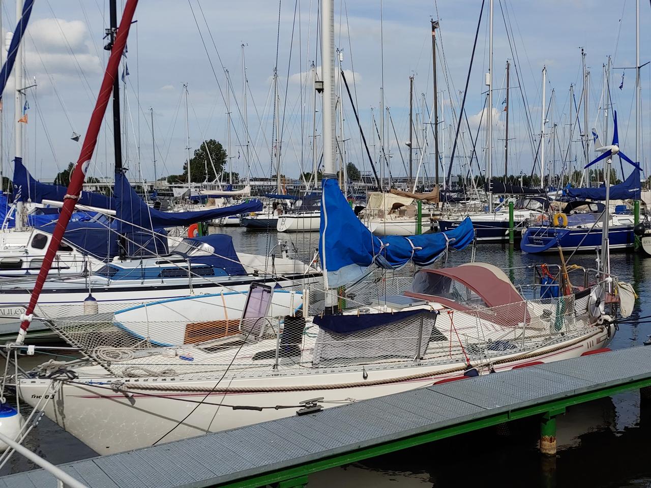 Windgeschützter Liegeplatz im Yachthafen von deDintel.